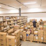Die Produkte von Formsign AG werden auf Paletten in grossen Schachteln gelagert.